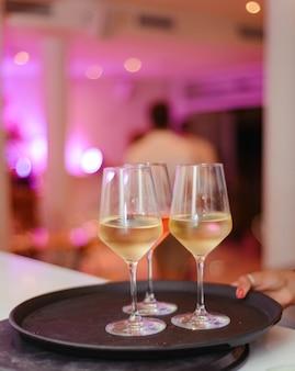 Drei gläser weißwein
