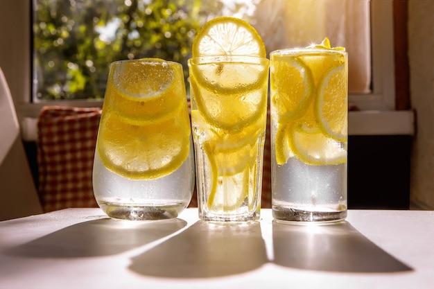 Drei gläser zitronenwasser