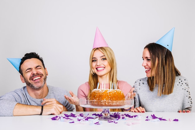Drei glückliche freunde, die geburtstag feiern