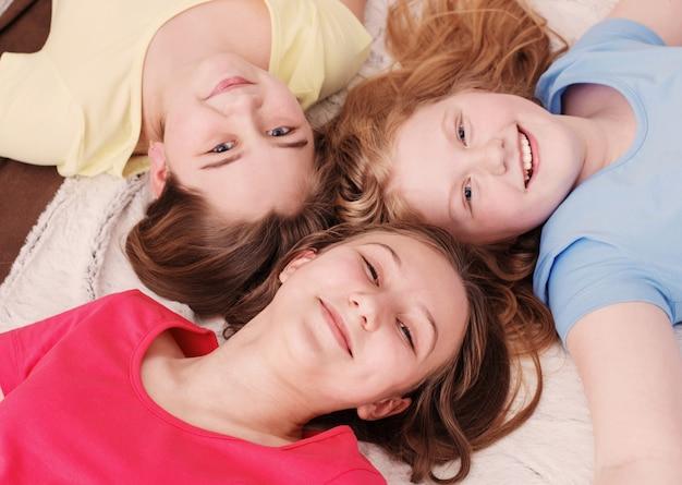 Drei glückliche mädchen zu hause