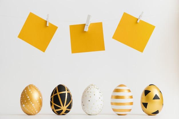 Drei goldene verzierte eier ostern mit gelben textaufklebern