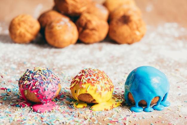Drei hausgemachte donuts auf einer schmutzigen theke