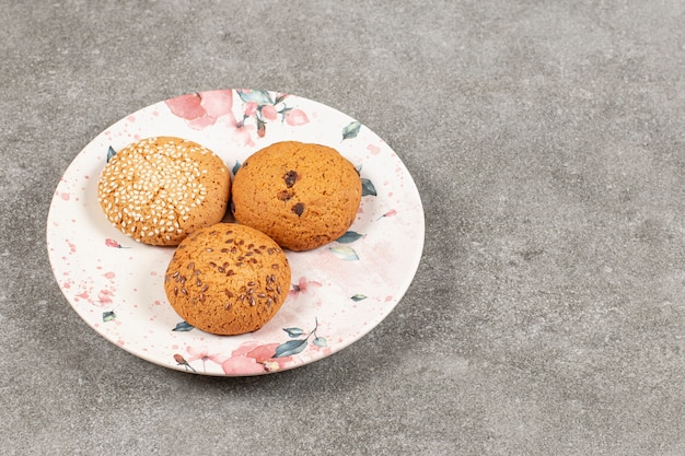 Drei hausgemachte frische kekse auf weißem teller.