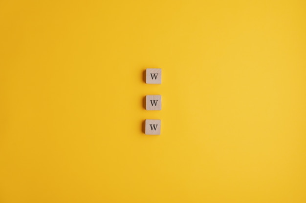 Drei holzklötze, die ein www-zeichen lesen