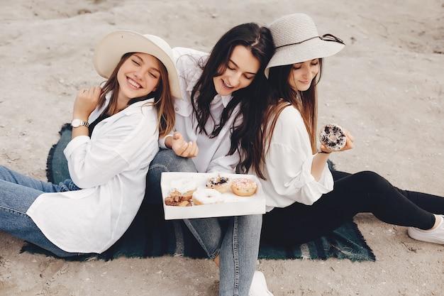 Drei hübsche mädchen in einem sommerpark
