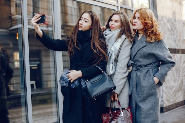 Drei hübsches mädchen in einer winterstadt