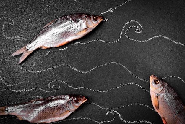 Drei im salzfischbock auf der schwarzen oberfläche getrocknet