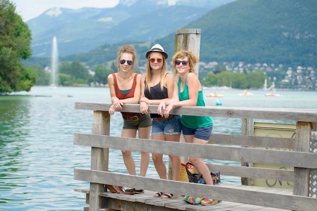 Drei junge frauen machen tourismus in annecy