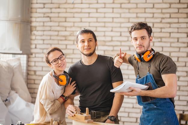 Drei junge handwerker bereit zu arbeiten