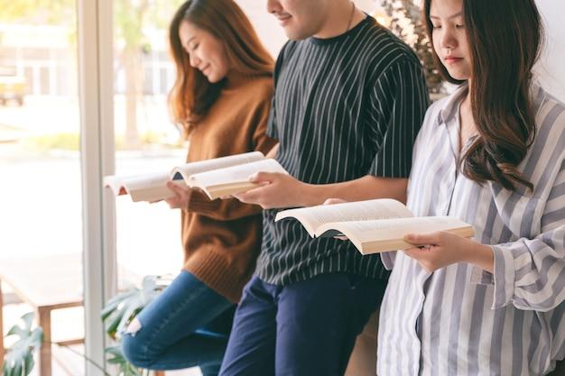 Drei junge leute haben gerne gemeinsam bücher gelesen