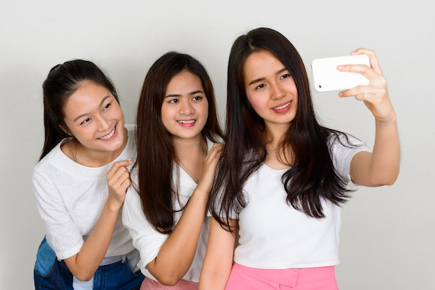 Drei junge schöne asiatische frauen als freunde zusammen
