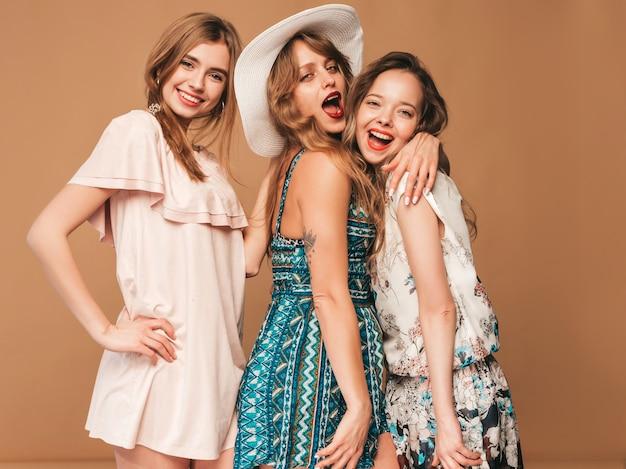 Drei junge schöne lächelnde mädchen in der beiläufigen kleidung des modischen sommers. sexy sorglose frauenaufstellung.