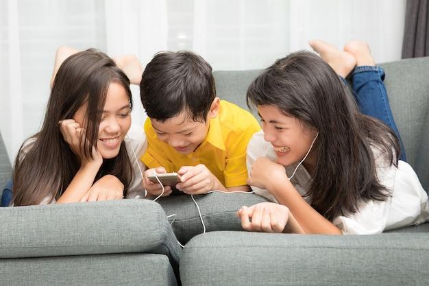 Drei kinder asiatische familie, ein junge und zwei mädchen spielen zusammen mit dem glück zu hause