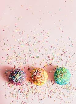 Drei kleine donuts mit zuckersträngen