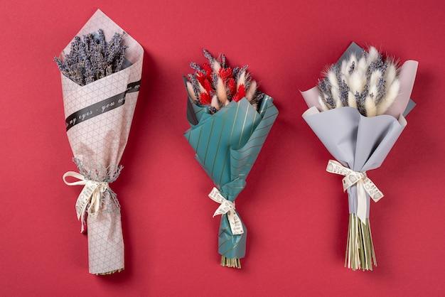 Drei kleine geschenkblumensträuße mit lavendel und lagurus, flache lage, draufsicht.