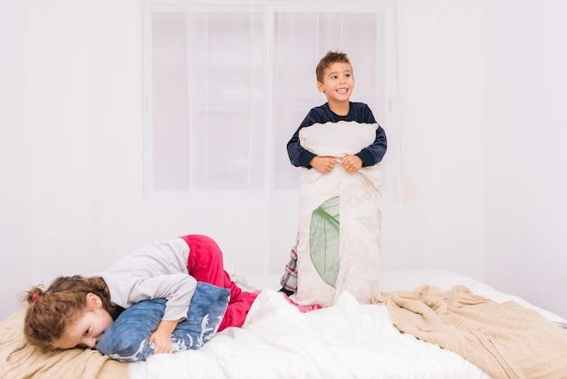 Drei kleine kinder, die zusammen lachen und spielen