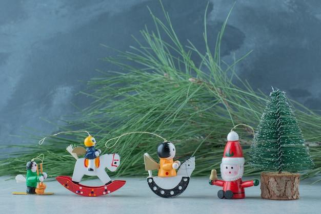 Drei kleine weihnachtsfeier für spielzeug auf marmorhintergrund. hochwertiges foto