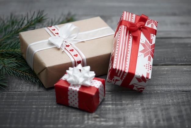 Drei kleine weihnachtsgeschenke auf dem holz