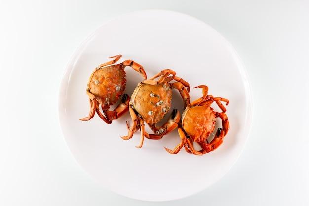 Drei krabben auf einem teller