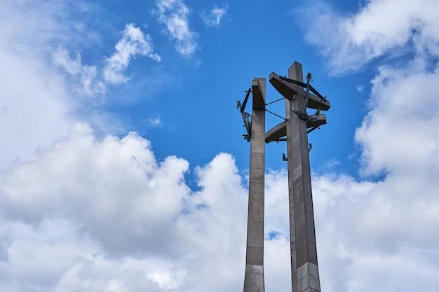 Drei kreuze mit ankern, ein denkmal für die gefallenen werftarbeiter am solidarnosti-platz in danzig, polen cruz
