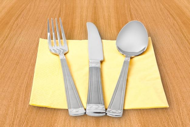 Drei küchenutensilien. gabel, messer und löffel
