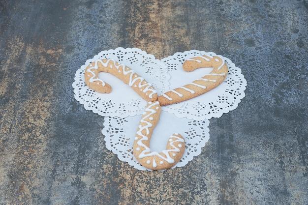 Drei lebkuchenplätzchen auf marmorhintergrund. hochwertiges foto