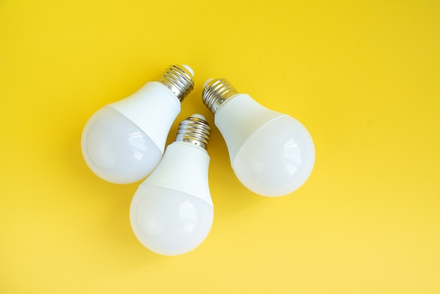 Drei led-glühbirnen. energiesparkonzept.
