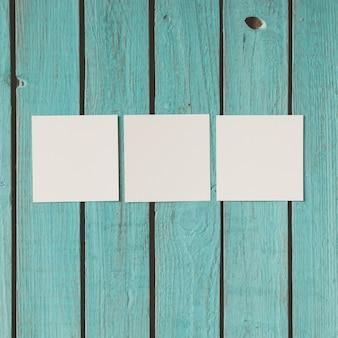 Drei leere fotos auf hölzerner sommerwand. flach liegen.