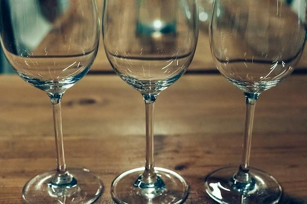 Drei leere gläser serviert für weinproben bar oder restaurant interieur gedämpftes licht