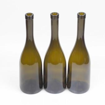Drei leere weinflaschen auf weiß