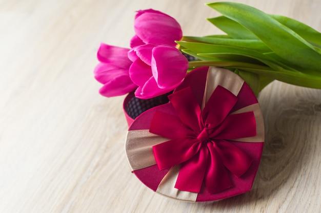 Drei lila tulpen und eine gifbox