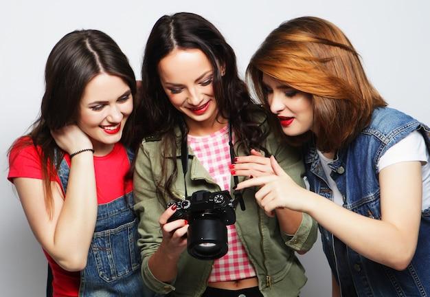 Drei mädchen, die kamera betrachten
