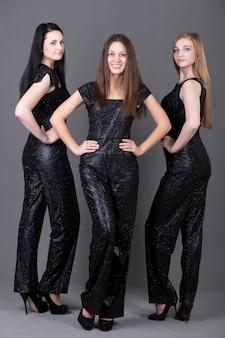 Drei mädchen im abendkleid