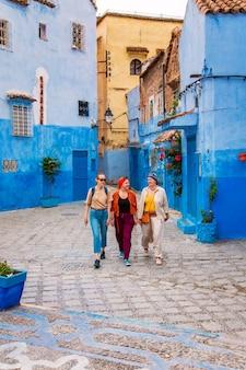 Drei mädchen in der berühmten blauen stadt.