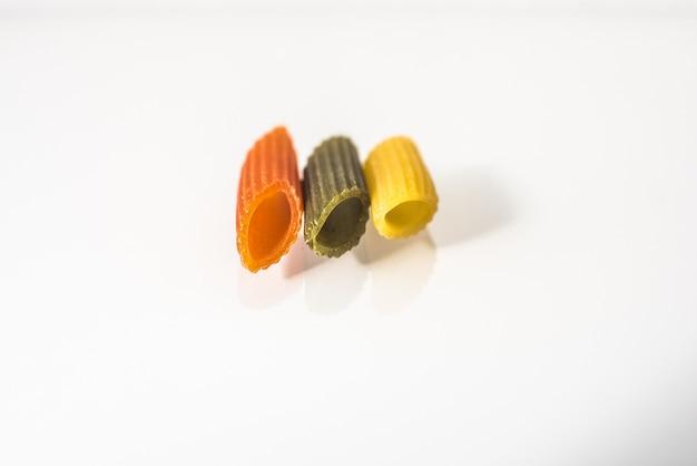 Drei makkaroni abwechslungsreiche farben mit bio-vollkornnudeln