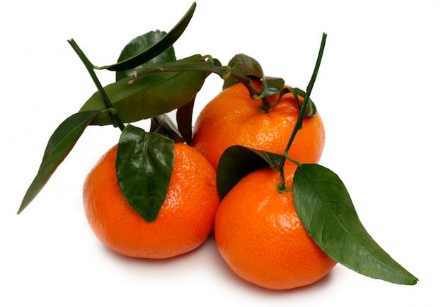 Drei mandarinen isoliert auf weißem hintergrund