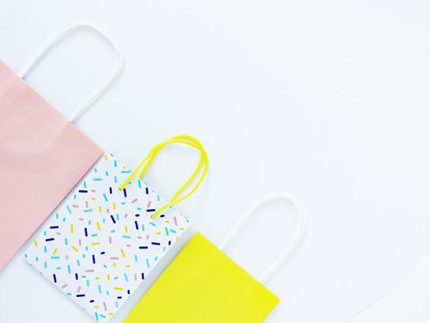Drei mehrfarbige geschenktüten auf weißem grund