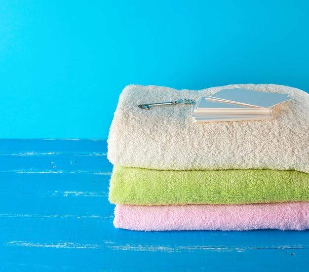 Drei mehrfarbige neue frottierbadtücher gefaltet