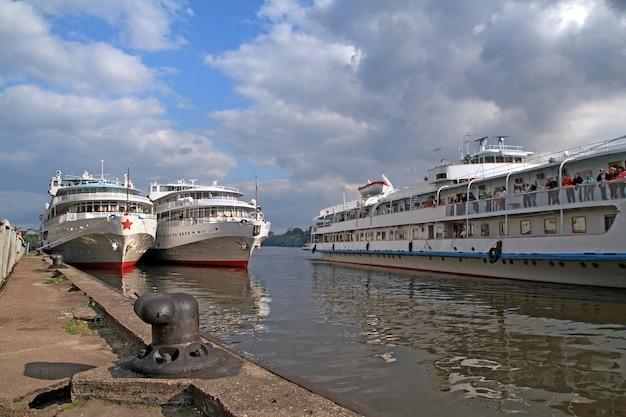 Drei motorschiffe am kai