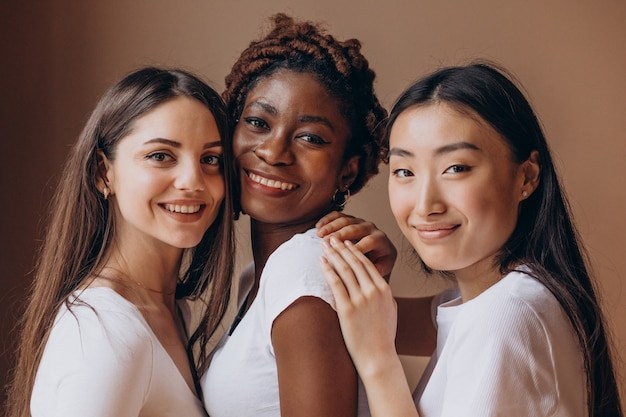 Drei multikulturelle mädchen zusammen