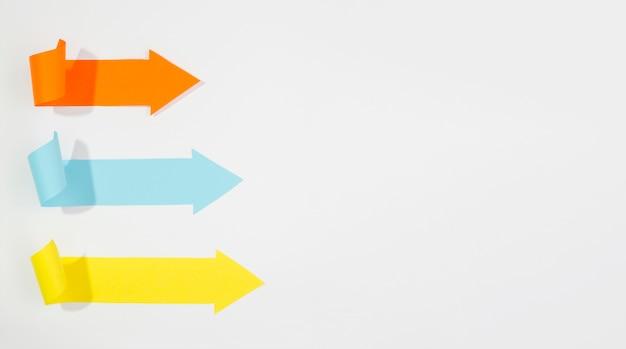 Drei nach rechts zeigende pfeile mit kopierraum