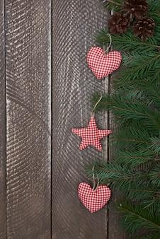 Drei niedliche handgemachte weihnachtsverzierungen