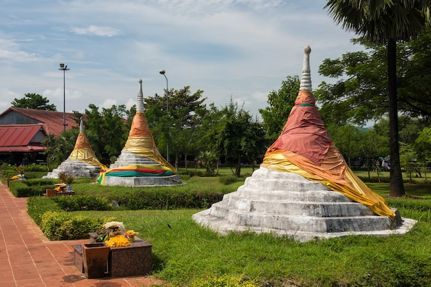 Drei pagoden bei dan chedi sam ong mit blauem himmel in sangkhlaburi, kanchanaburi, thailand.