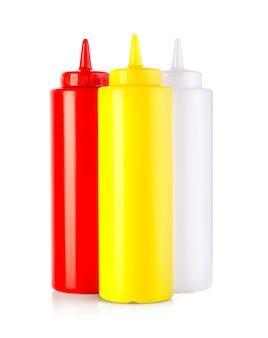 Drei plastik-sauce-flaschen isoliert auf weißem hintergrund