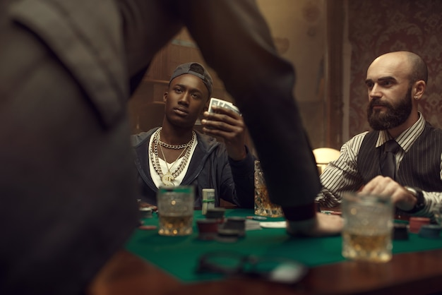 Drei pokerspieler im casino, blackjack