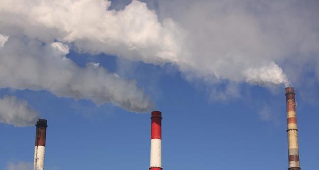 Drei produktionsrohre in einem blauen himmel