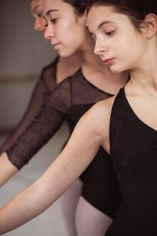 Drei professionelle balletttänzer in trikots tanzen zusammen