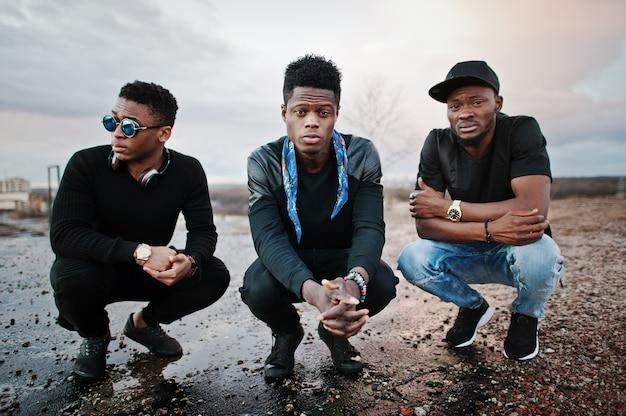 Drei rap-sänger spielen auf dem dach