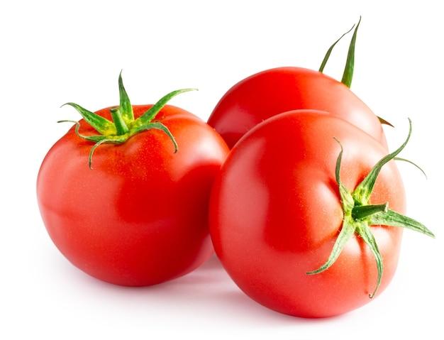 Drei reife rote tomaten lokalisiert auf einem weißen hintergrund