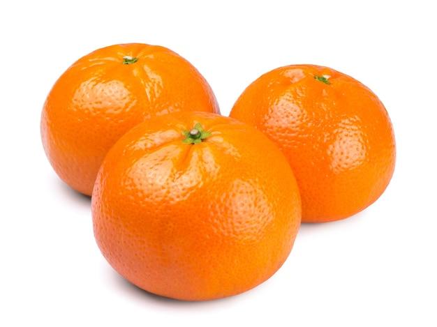 Drei reife saftige mandarinen isoliert